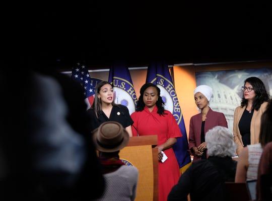 Ilhan Omar y Rashida Tlaib (der.) son dos de las cuatro congresistas que fueron atacadas con comentarios por parte del presidente Donald Trump.