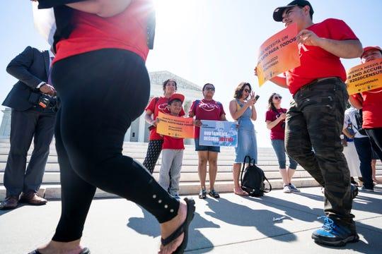 Activistas a favor de los inmigrantes protestan a las puertas del Tribunal supremo en Washington.
