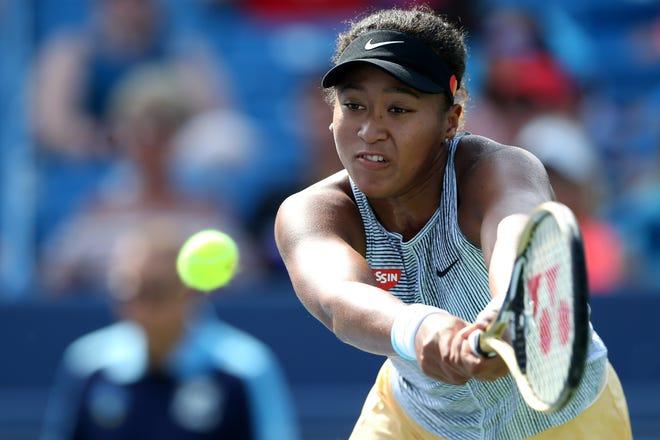 Naomi Osaka, de Japón, devuelve un tiro contra Sofia Kenin, de Estados Unidos, durante el partido de cuartos de final del Abierto de Tenis del Oeste y del Sur, el viernes 16 de agosto de 2019, en el Centro de Tenis Lindner Family en Mason, Ohio.