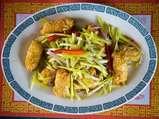 Filetes de pescado y rollos de salchicha en Asian Hong Kong Diner.
