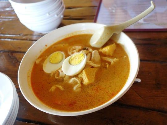 BP Street Cafe tiene una rica y picante sopa de coco llamada laksa (en la foto); platos de fideos reconfortantes como char kway teow; y mucho sambal picante
