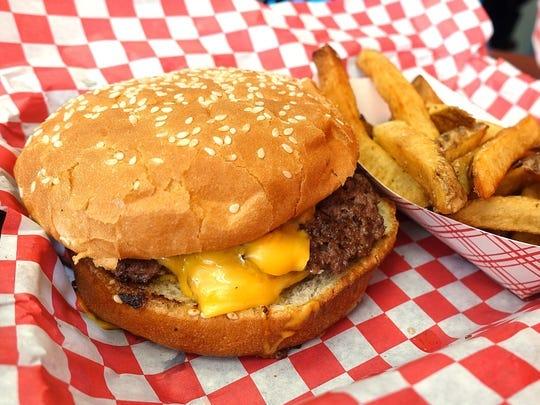 Triple hamburguesa con queso americano en Detroit Coney Grill en Tempe.