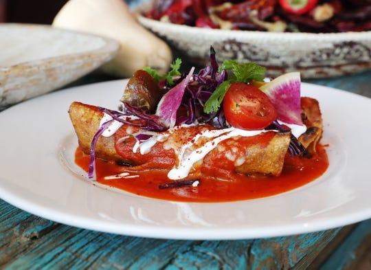 Chile colorado, carne de cerdo estofada y enchiladas de chile chimayo con salsa roja de Ghost Ranch en Tempe.