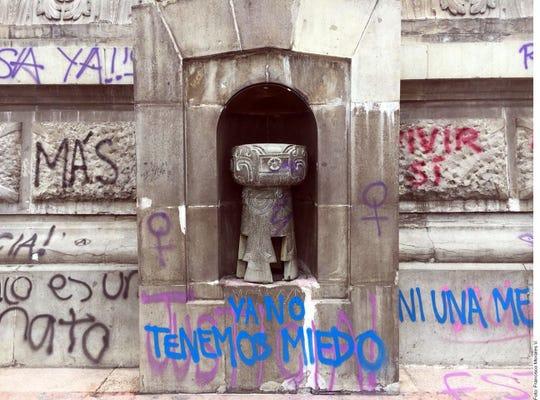 'Ya no tenemos miedo' dice esta pinta que mujeres dejaron en la base del Ángel de la Independencia.