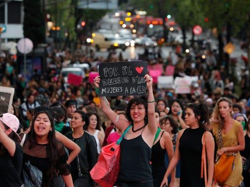 Danan Angel De La Independencia En Marcha De Mujeres En Mexico