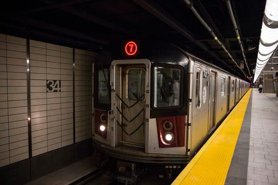 New York City woman's subway selfie photo shoot is peak self-confidence
