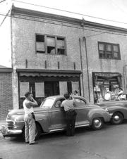 Police surround the area around Howard Unruh's Camden apartment in this September 6, 1949 photo.