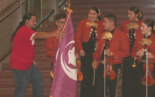 El concejal Carlos García deseó una buena participación a los integrantes del Mariachi Corazón del Valle.