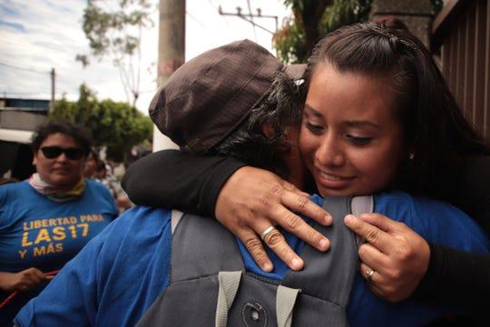 Evelyn Hernández es felicitada tras quedar en libertad tras tres años de estar tras las rejas. Su sentencia original era de 30 años.