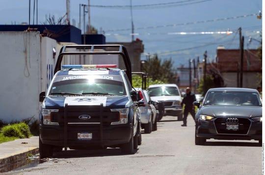 Elementos de la policía observaron dos cuerpos de una mujer y un hombre atados con sogas debajo de un puente en Chihuahua. (Foto archivo)