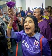 La activista Dolores Huerta y otros manifestantes entonan cánticos afuera de la Mesa de Supervisores del condado de Fresno.