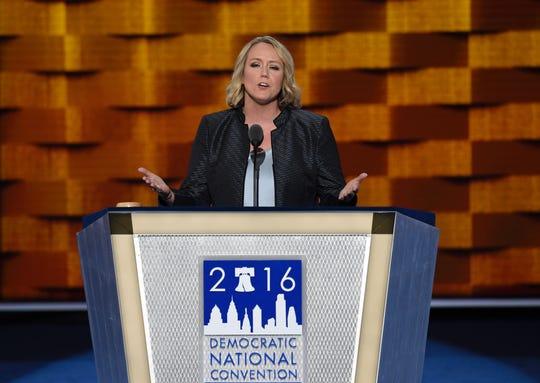 La presidenta de EMILYs List, Stephanie Schriock, habla durante la Convención Demócrata de 2016.