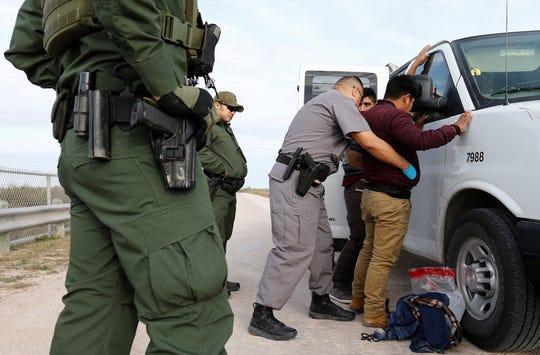Guardias estadounidenses detienen a inmigrantes mexicanos que trataban de pasar la frontera de Estados Unidos de forma ilegal.