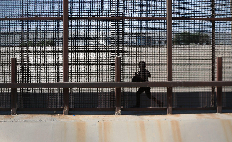 EL PASO, Texas - Un nino Guatemalteco corre al lado de una cerca en la frontera entre El Paso y Ciudad Juarez el Viernes, Junio 28, 2019. El nino, no estando seguro si ha llegado al los Estados Unidos, trata de evadir el ejercito Mejicano mientra busca una manera de adentro del E.E.U.U.