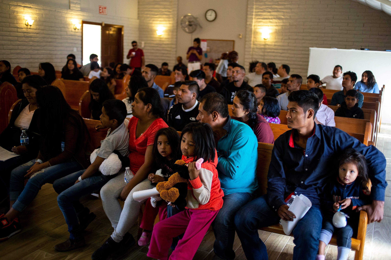 MESA, Ariz. – Migrante escuchan al pastor Héctor Ramírez el 25 de junio del 2019 en la Iglesia Cristiana El Buen Pastor.