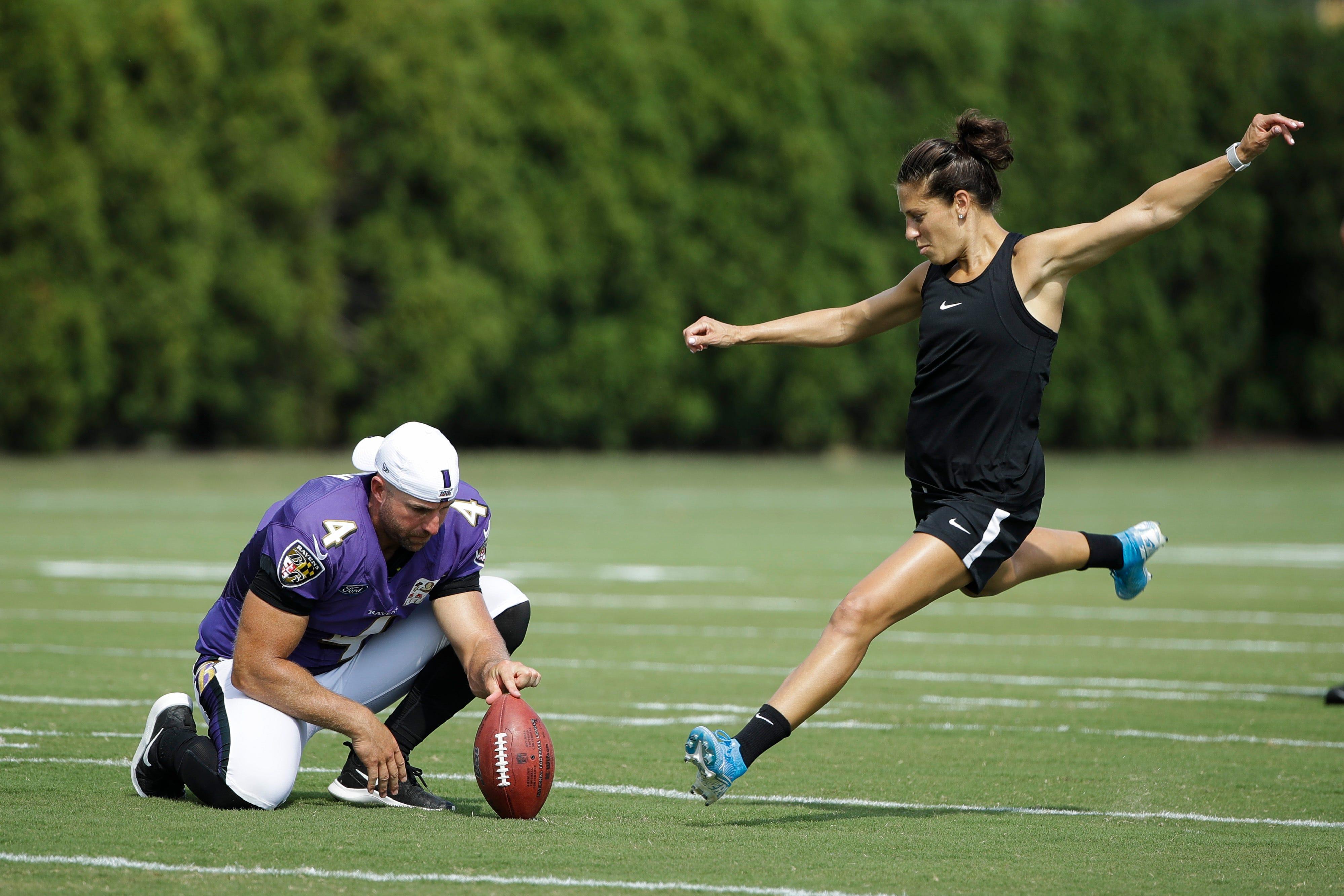 U.S. women's soccer legend Carli Lloyd absolutely drilled a 55-yard FG at Eagles practice