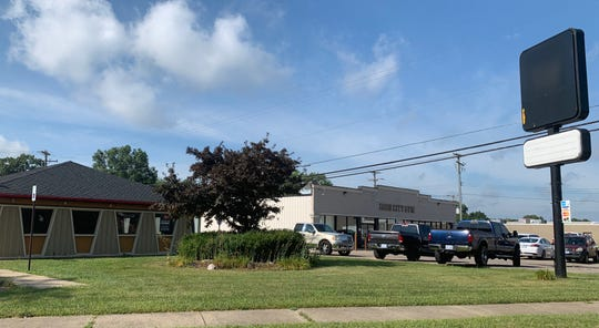 This Pizza Hut has been moved to a new location. Captured on July 17 at M-59 and Highland Road.