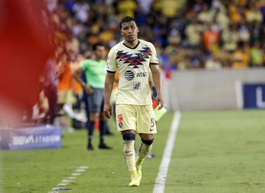 Roger Martínez del Club América camina cabizbajo tras la derrota.