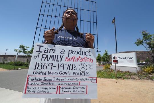 Lydia West, de 53 años, protesta en contra de la separación de familias.