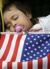 Una niña duerme durante una protesta.