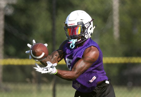 Seven McGee catches a bubble pass during practice.