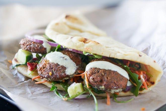 Un sándwich de falafel y saludables nuggets de pollo ricos en proteína son perfectos para los almuerzos escolares.
