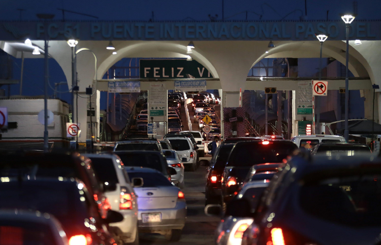 """JUÁREZ, México – Un letrero que dice """"Feliz Viaje"""" da la bienvenida a los conductores que han esperado horas en el Paso del Norte International Bridge entre El Paso, Texas, y Juárez el 28 de junio del 2019."""