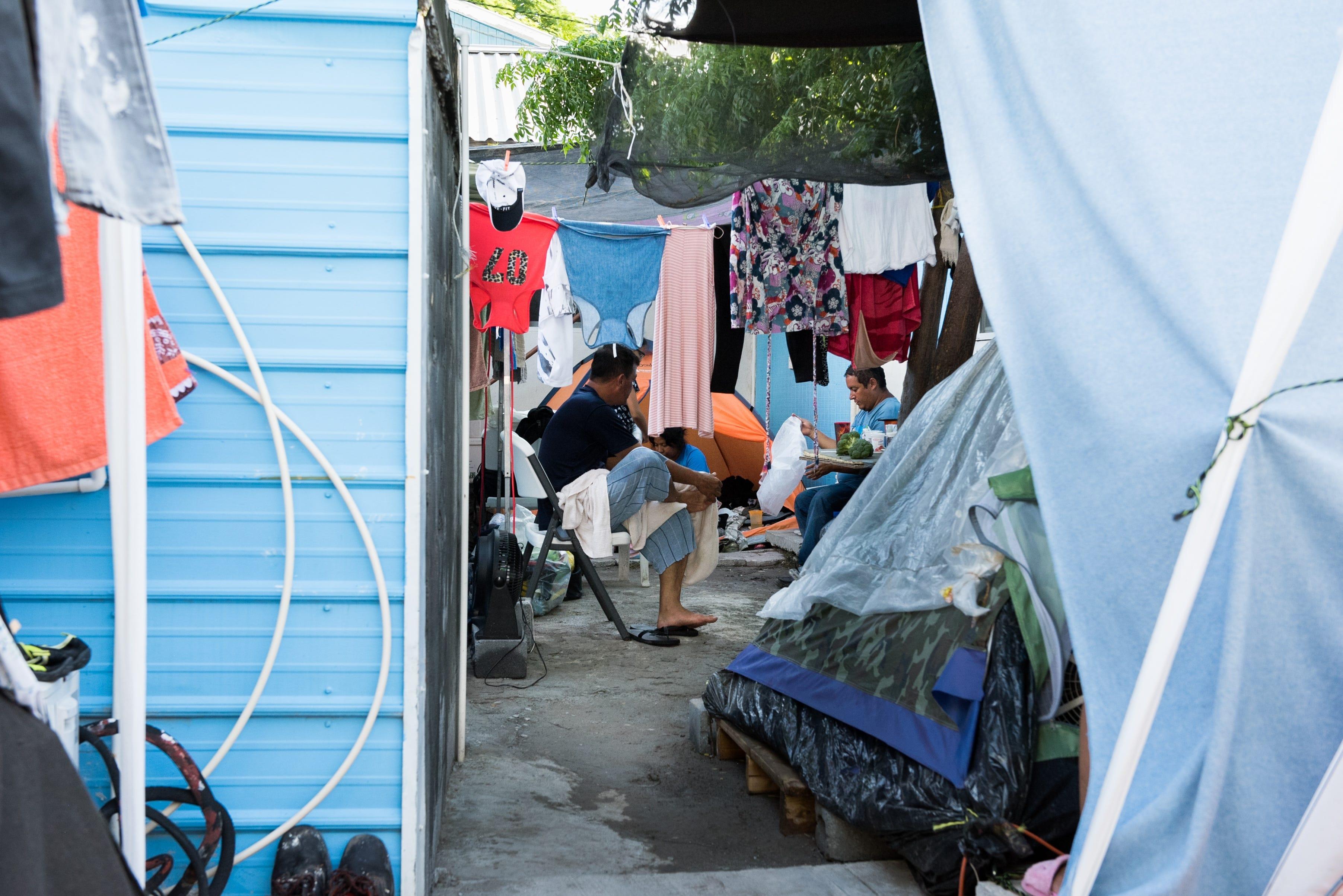 REYNOSA, México– Los residentes de Senda De Vida Casa Del Emigrante tienen que vivir en condiciones de hacinamiento mientras esperan varios meses a ser llamados por las autoridades de inmigración estadounidenses para comenzar su petición de asilo.