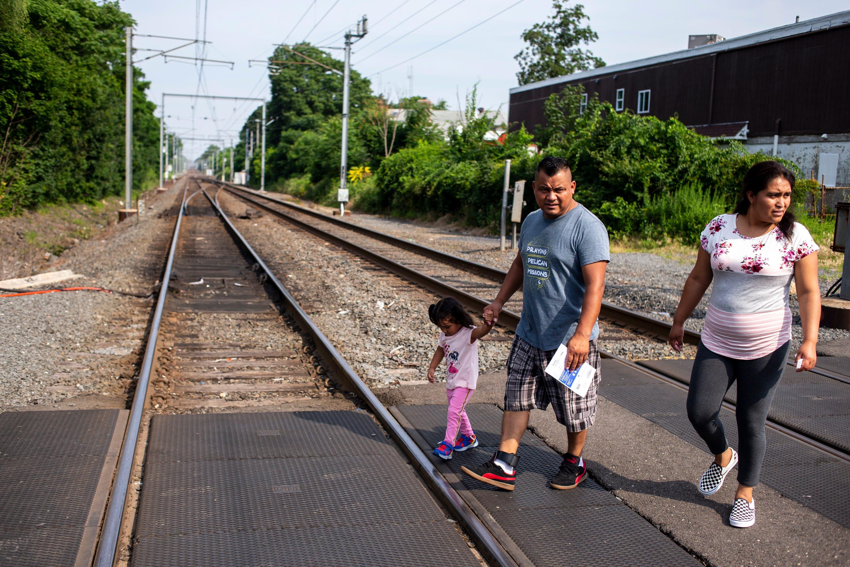 LONG BRANCH, N.J. – Jaime Escalante Galvez, 35, Leydi González, 29,  y su hija, Adriana Escalante González, 2, caminan al parque el 29 de junio del 2019.