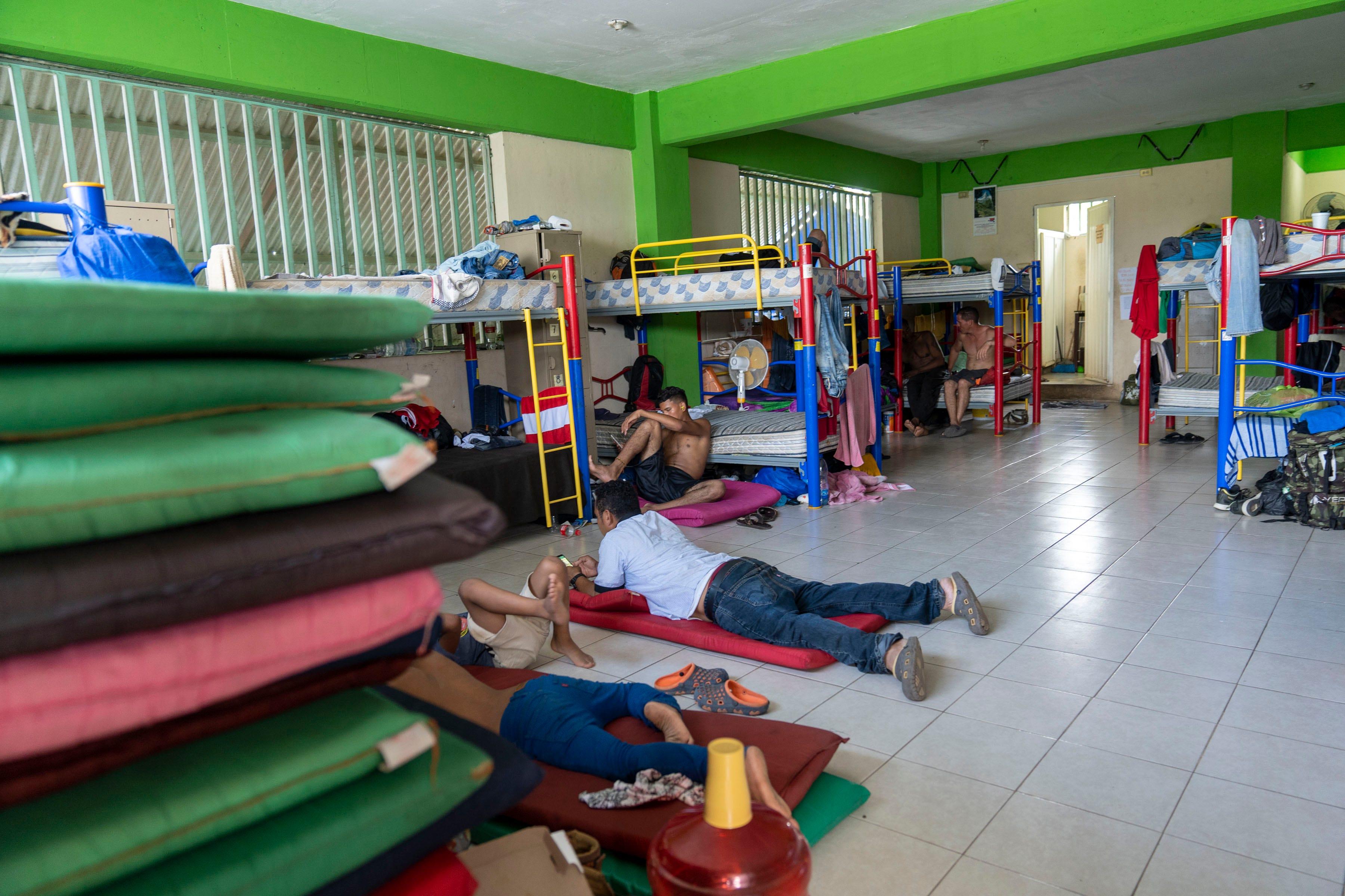 TAPACHULA, México – Familias migrantes centroamericanas viven en el refugio Jesús El Buen Pastor mientras esperan por una visa para continuar su camino al norte, hacia los Estados Unidos.