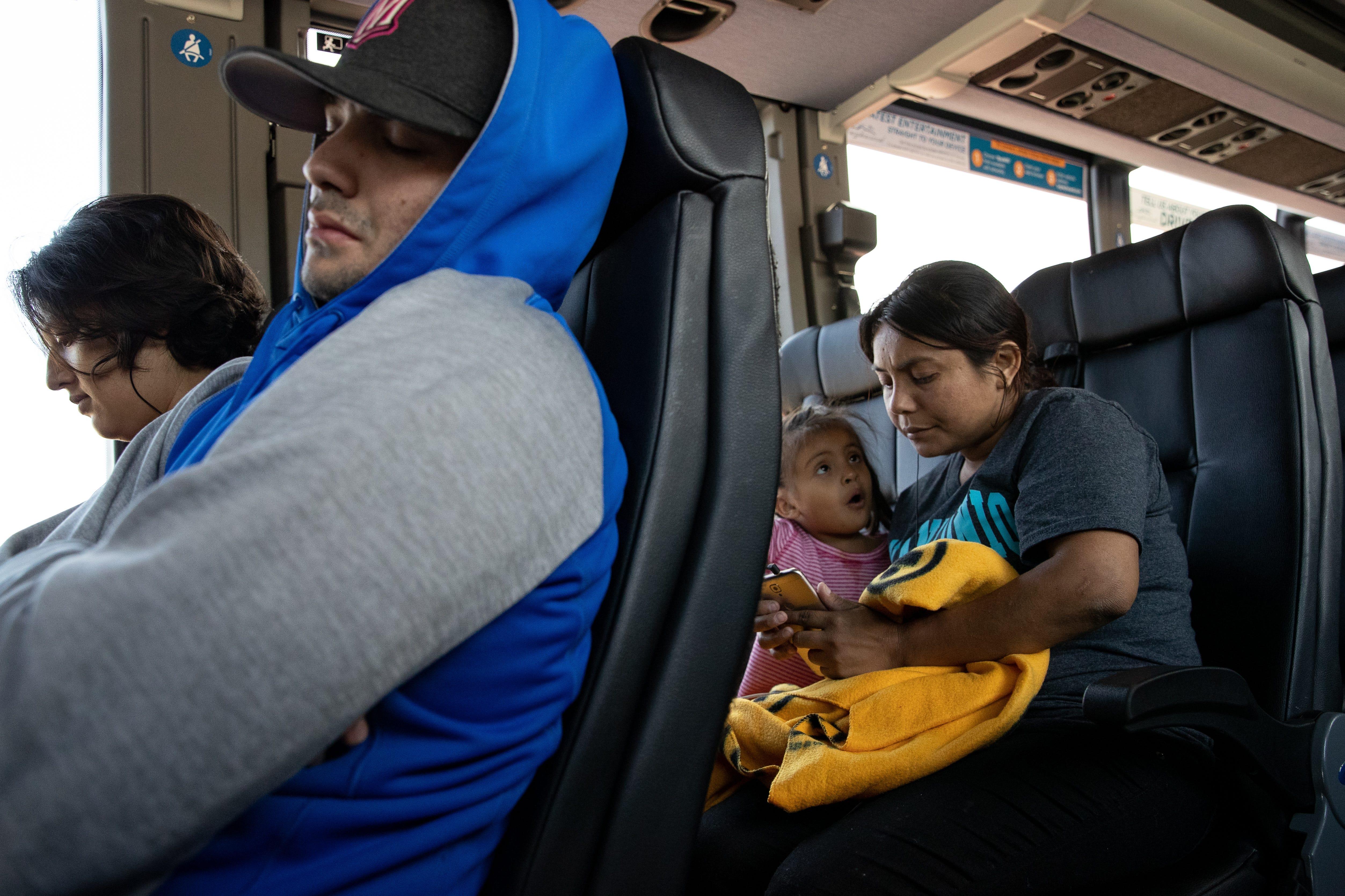 PHOENIX, Ariz.  – Delmy López, 31, una migrante hondureña, envía un mensaje con su teléfono mientras espera en la estación de la línea de autobuses Greyhound en Phoenix el 29 de junio del 2019.