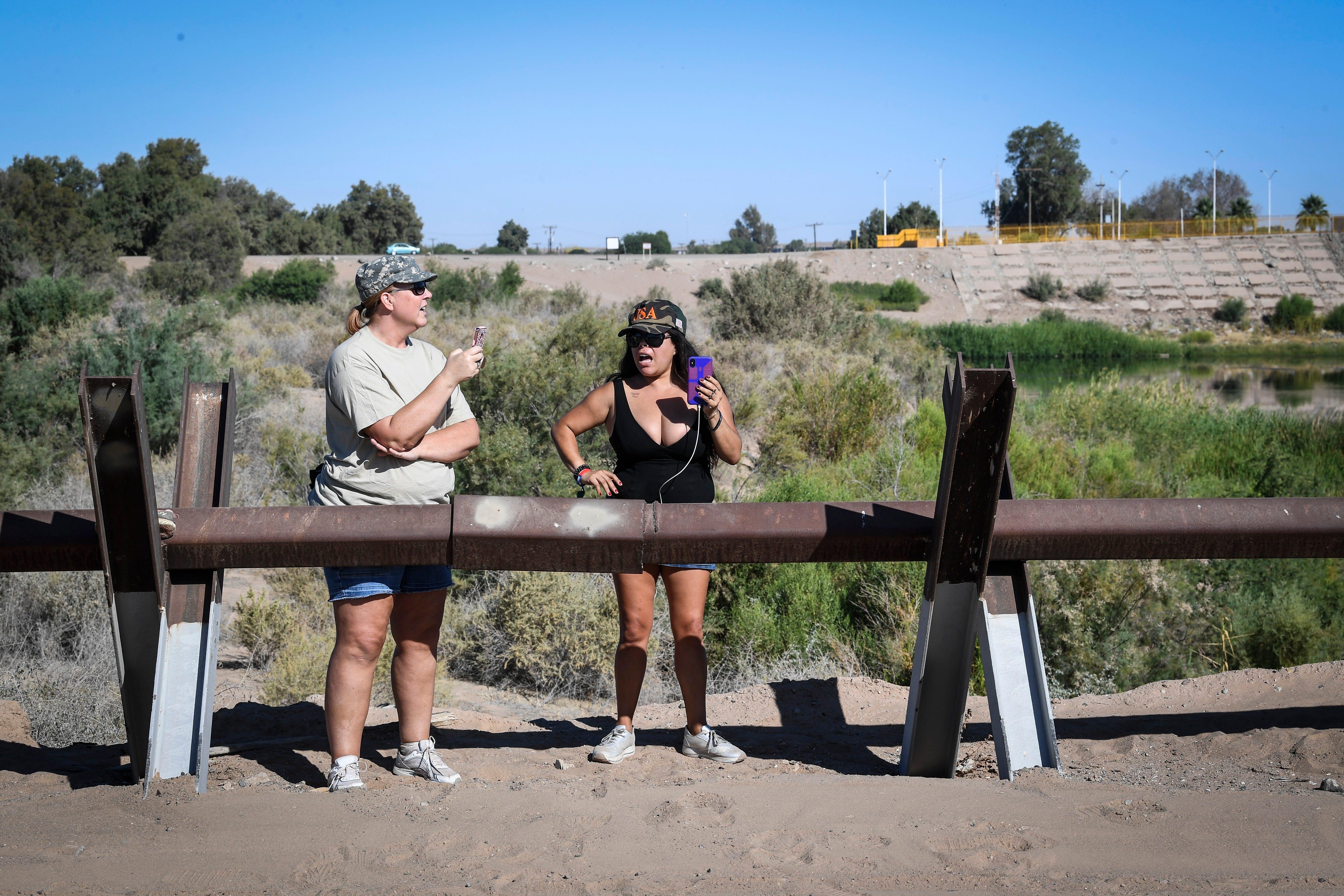 YUMA, Ariz. – Paloma Zuniga, una mujer nacida en México pero que ahora cuenta con doble nacionalidad, acampa con otras dos docenas de miembros de los AZ Patriots  lo largo del río Colorado.