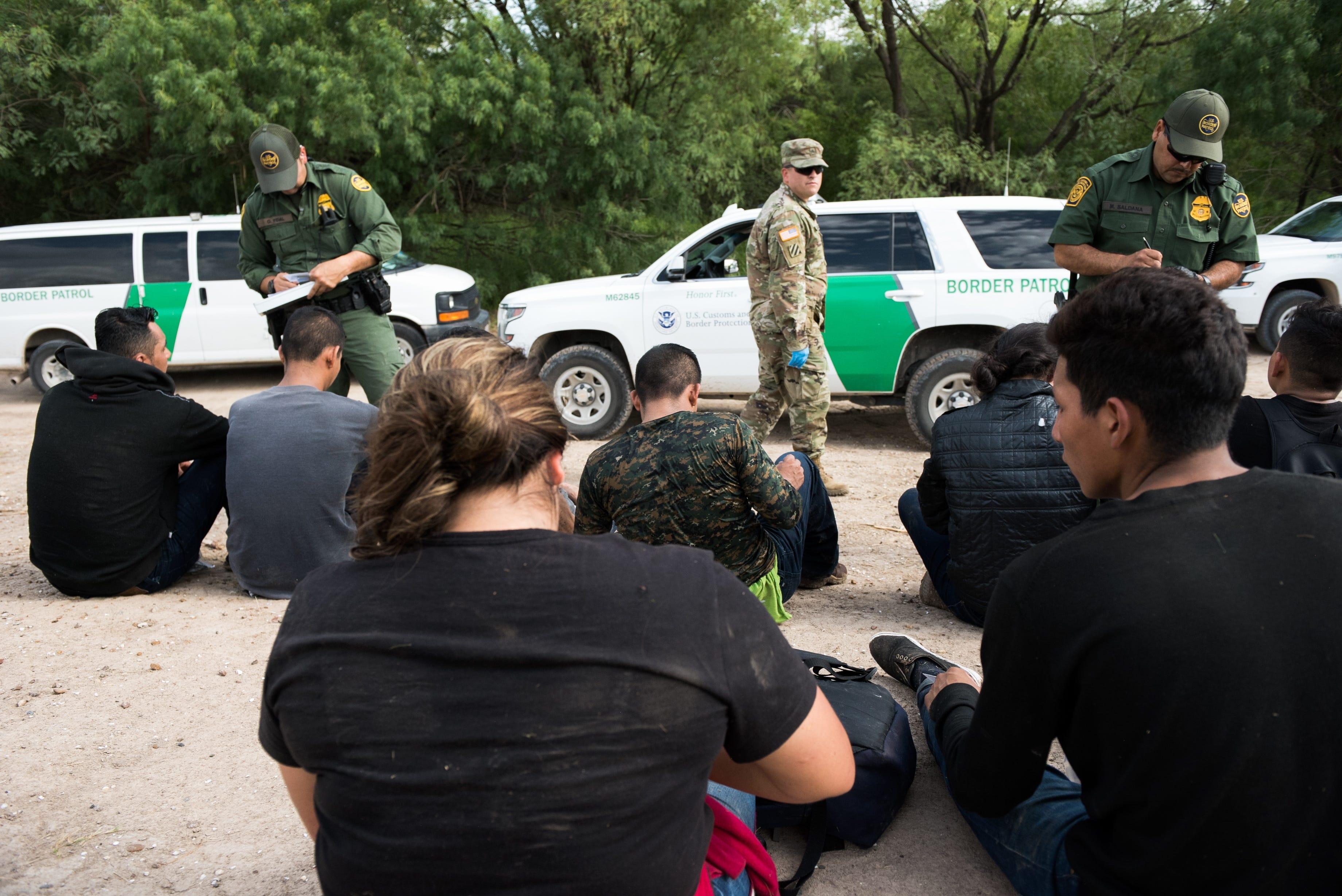 MCALLEN, Texas – Agentes de la Patrulla Fronteriza detienen a migrantes que entraron a Estados Unidos de manera ilegal a intentaron evadir la captura. El sector del Valle del Río Grande es uno de los nueve sectores de la Patrulla Fronteriza a lo largo de la frontera suroeste de los Estados Unidos.