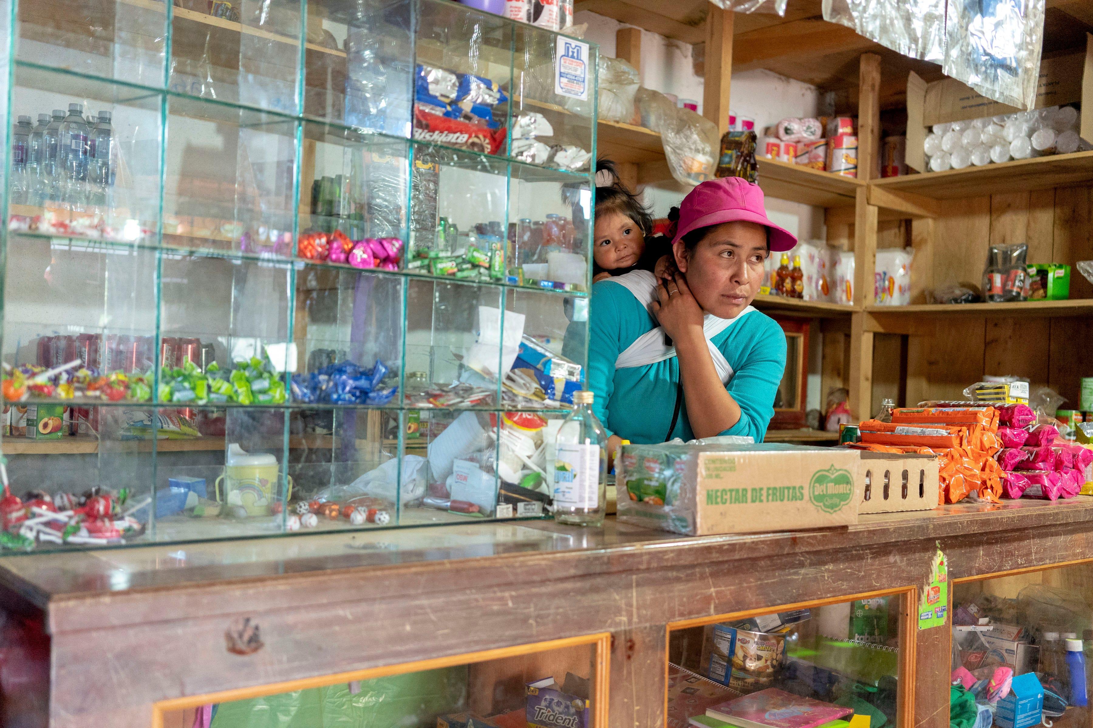IXCHIGUAN, Guatemala – Cristina Roblero, 33,  tiene una pequeña tienda en el primer piso de su casa de madera con la que gana un poco de dinero extra. Roblero, una mujer indígena maya, está considerando hacer el viaje hacia los Estados Unidos con sus tres hijos, incluyendo a la pequeña Maddy, de un año, para escapar a la pobreza extrema en las tierras altas del oeste de Guatemala.