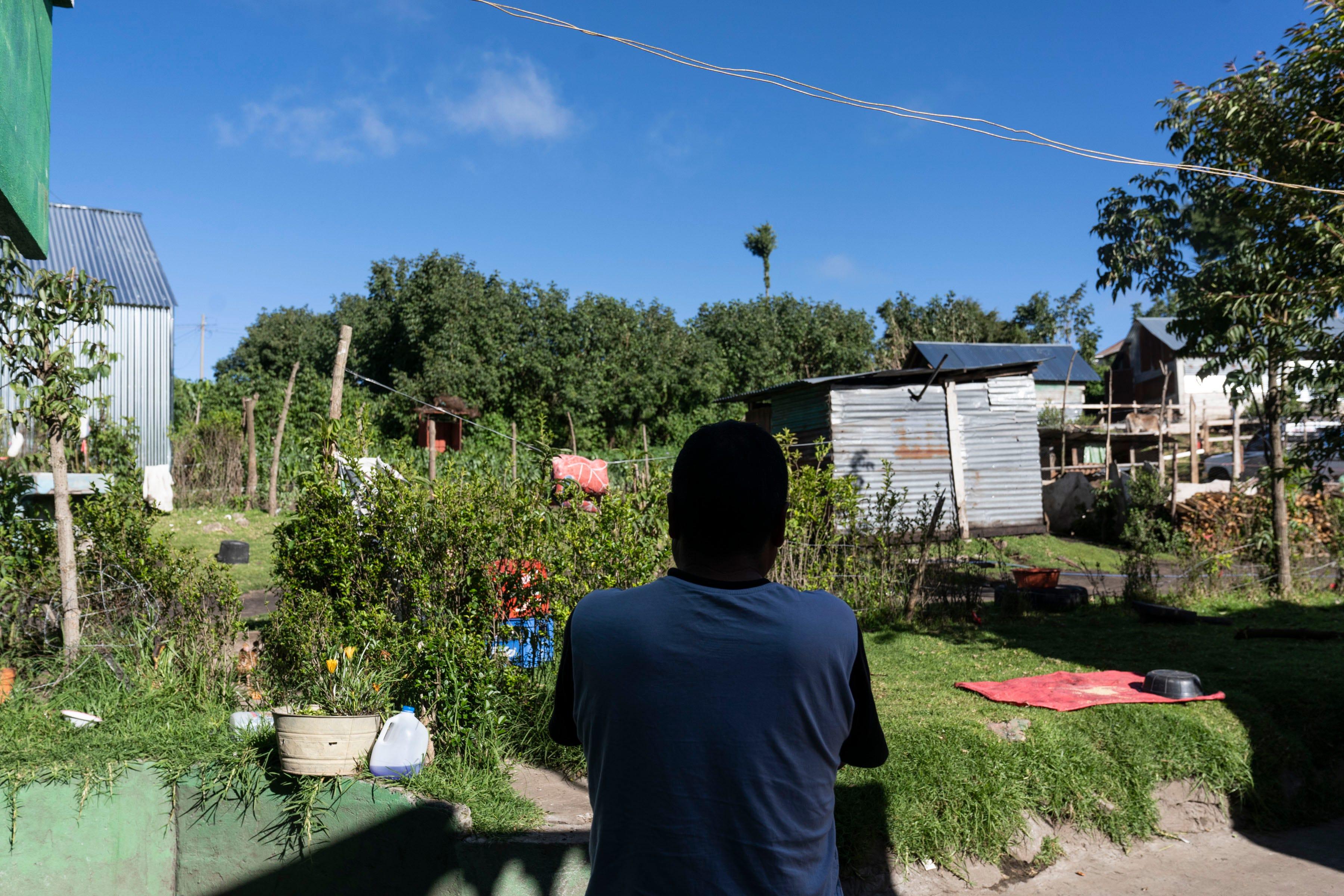 SAN MARCOS, Guatemala – Tomás Gómez Chilel, 50, dice que el presidente Donald Trump se equivoca cuando le echa la culpa a los coyotes por la ola de familias de migrantes que están llegando a la frontera. Los migrantes son los que le piden ayuda a los coyotes porque están desesperados de escapar de la pobreza extrema y la violencia, dice.