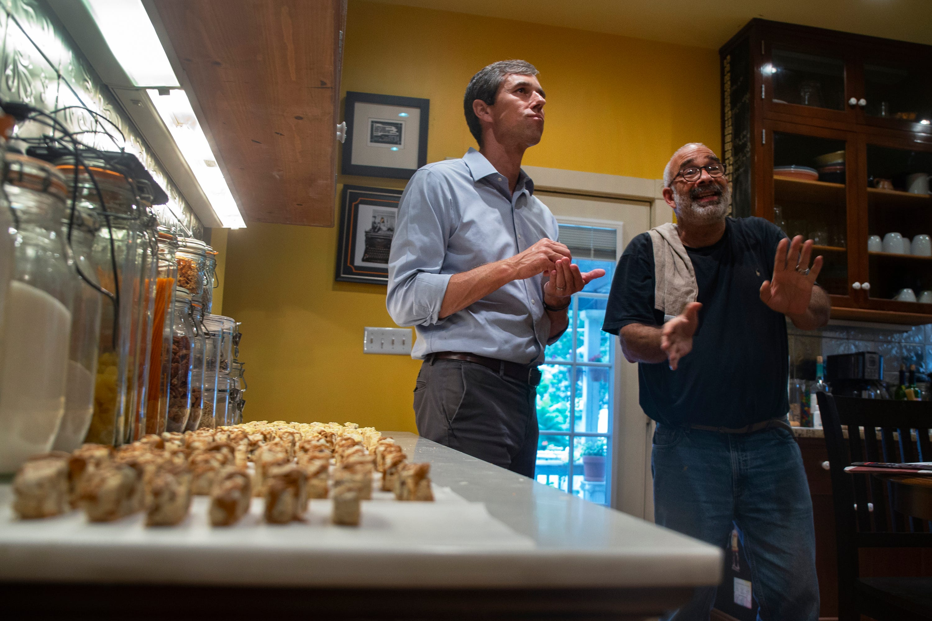 Photos: Beto O'Rourke knocks on doors, campaigns in North Des Moines