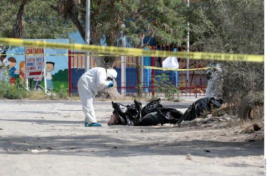 Los cuerpos fueron localizados en el cruce de las calles Antiguo Camino a San Miguel y Escobedo, en la Colonia Agropecuaria.