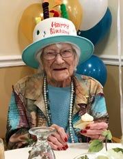 Hazel Nilson celebra muy contenta su cumpleaños número 111