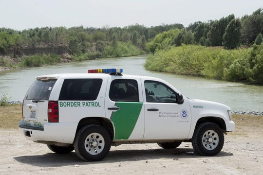 Un vehículo de la Guardia Fronteriza patrulla por el lado estadounidense del Río Grande en Texas.