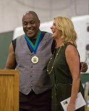 James Brewster Thompson bromea con la copresentadora de KSBW, Erin Clark, antes de recibir su galardón durante los Premios del Salón de la Fama del Deporte del Valle de Salinas en el Storm House de Salinas el sábado 24 de agosto de 2019. Thompson, graduado de North Salinas High, fue campeón de judo de la NCAA en 1975 y 1977, entre los diversos reconocimientos que obtuvo en judo y sumo durante su vida.