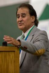 Rudy Guevara habla mientras es galardonado durante los Premios del Salón de la Fama del Deporte del Valle de Salinas en el Storm House de Salinas el sábado 24 de agosto de 2019. Guevara, graduado de Gonzales High en 1973, fue galardonado por su participación en lucha y como entrenador. Entrenó al Equipo Olímpico estadounidense de 1988.