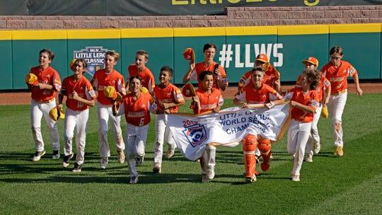 Los niños del equipo River Ridge de Luisiana dan la vuelta de campeones al vencer a Curacao 8-0 en la final.