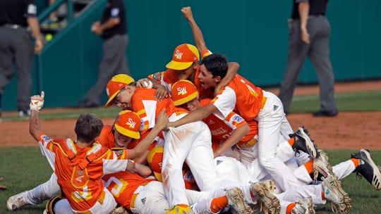 Los niños del equipo River Ridge de Luisiana celebran al vencer a Curacao 8-0 en la final.