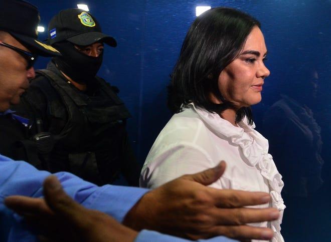 La ex primera dama Rosa Elena Bonilla de Lobo es escoltada por autoridades.