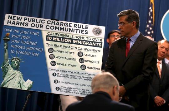 El fiscal general de Los Ángeles junto a otros procuradores, hablan de la normativa de Trump en rueda de prensa.