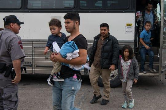 Familias centroamericanas descienden de un camión en Texas.