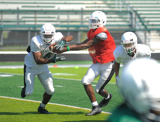 West Bloomfield running back Donovan Edwards takes the handoff from quarterback C.J. Harris.