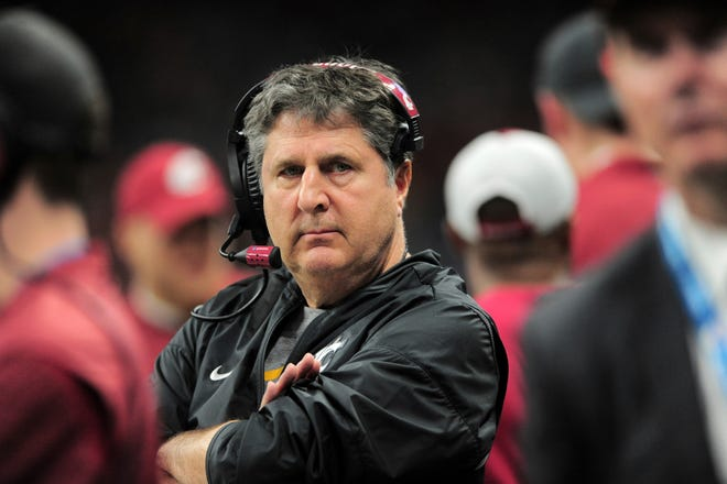 SAN ANTONIO, TX - DECEMBER 28: Washington State Cougars head coach Mike Leach watches action during the Valero Alamo Bowl against the Iowa State Cyclones on December 28, 2018 at the Alamodome in San Antonio, TX. (Photo by John Rivera/Icon Sportswire) (Icon Sportswire via AP Images)