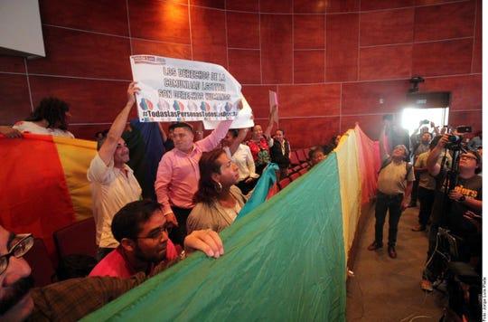En la sesión hubo protestas a favor y en contra.