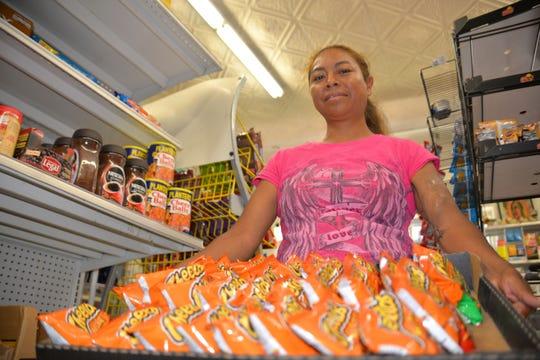 La inmigrante indocumentada Margarita Domínguez posa con una caja de productos para la venta.